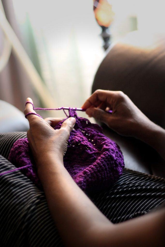 lady do crochet with purple wool